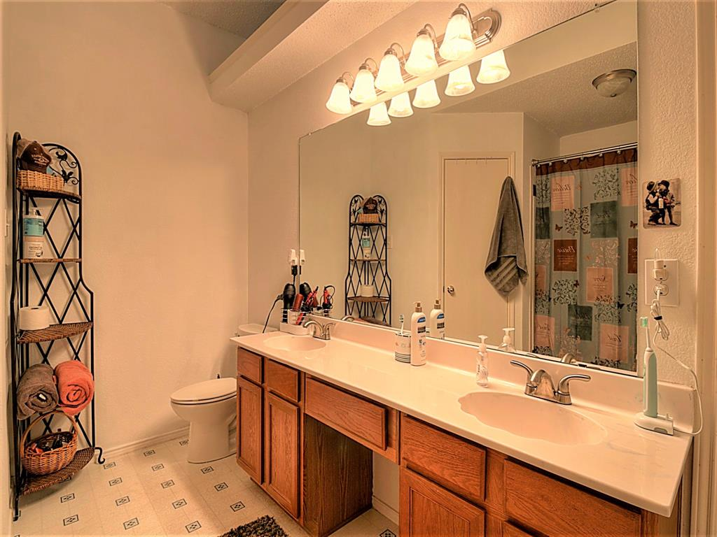 616 Creekview  Drive, Burleson, Texas 76028 - acquisto real estate best park cities realtor kim miller best staging agent