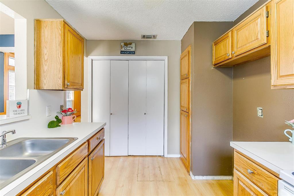 6028 Hillglen  Drive, Watauga, Texas 76148 - acquisto real estate best investor home specialist mike shepherd relocation expert